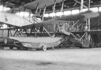 Hangar van het MVK Veere, met links op de foto een Friedrichshafen en achterin een Gotha WD-II