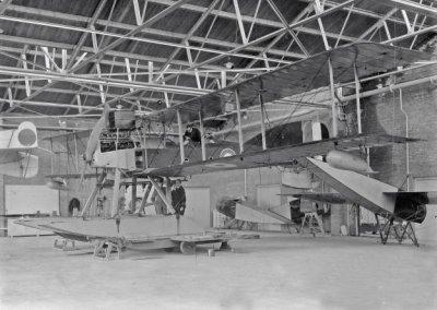 Torpedovliegtuig verkenner op drijvers Short 184, K-1 (1917-.....), geïnterneerd 26-09-1917 oct. 1917 MVK De Mok. Gebouwd bij Sage- Peterbourough, England, op de achtergrond Thulin rompen en links de staart van de Friedrichshaven V-1,na een noodlanding op de Noordzee ten noorden van Den Helder, afgeschreven