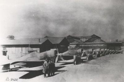 Vliegveld Andir bij Bandoeng (West-Java) met Curtiss Hawk jachtvliegtuigen in de jaren 30.