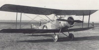 Sopwith Hanriot I B.1 (1½Strutter) LA45, rechts voor. Ex 115 Armée de l' Air, december 1917 reg. S701. Achter het toestel staat een Fokker D.III met oranje bollen.