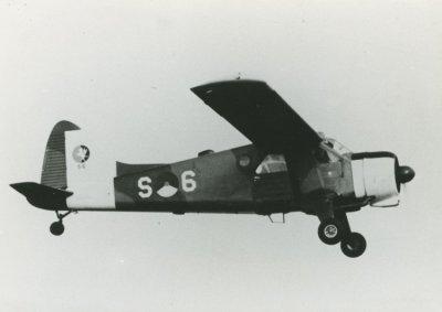 Beaver S-6, met day-glow beschildering, in de vlucht.