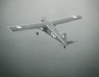 De Havilland Canada DHC.2 Beaver, registratie S-1, vliegend boven water.