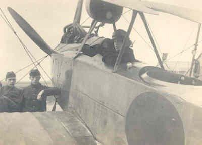 Lt. R. Drost in de cockpit van Rumpler C.I R410, jan. 1918.
