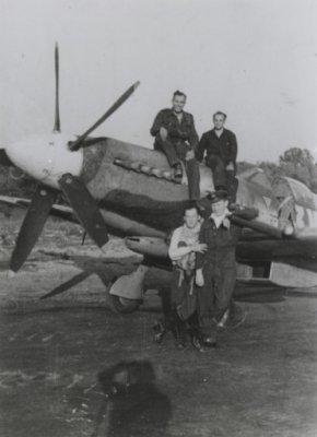 Spitfire F.Mk.XIVc (met oranje driehoek) met grond- en vliegend personeel. Onder links: R.F. Burgwal (vlieger). Boven rechts: Goudsmit (monteur).
