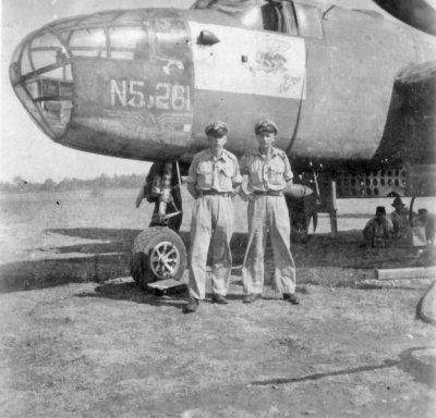 Bemanning staande voor een North American B-25 Mitchell middelzware bommenwerper (N5 squadron, registratie 261) en gereed voor een vlucht van Batavia naar Bandoeng in sept 1946.