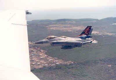 Twee F-16's boven Curaçao. De voorste F-16A  is van 312 Sqn en heeft nog de