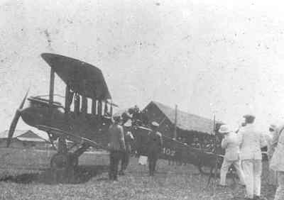 Eerste vlucht van de De Havilland DH 9 Airco, registratie nummer H-102 op vliegveld Kalidjati, West-Java, begin 1920