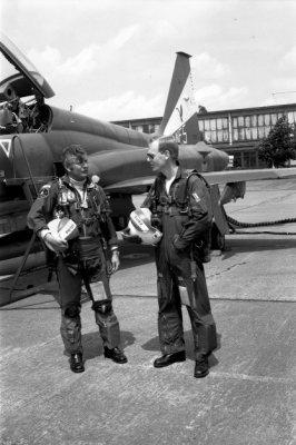 Majoor Pieter Smith en eerste luitenant Frits van Leeuwenburgh staan beiden, in complete vliegeruitrusting, naast een Northrop NF-5 van het demonstratieteam