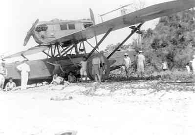 Dornier Wal-vliegboot D 20 (1928-1940)  Op de wal gezet op Flores i.v.m bodemreparatie, 1934
