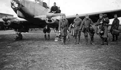 Focke-Wulf FW-58 Weihe met passagiers op Texel voor vertrek naar Soesterberg op 20 november 1939. Van links naar rechts de heren Aarts, Ottes, Lub, Nijhuis en Kuhn. De vlieger was adjudant D.H. Lambermont.