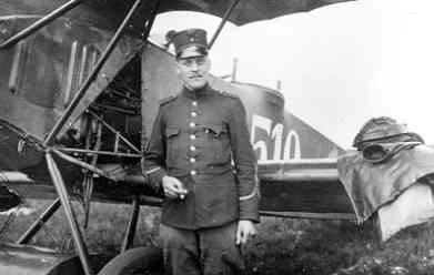 Fokker C.I 510. Sgt. J. Koster poseert.