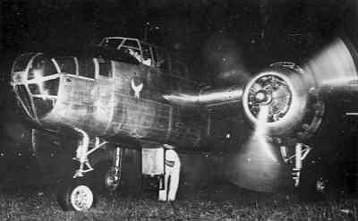 Nachtelijke opname van een North American B-25 D Mitchell middelzware bommenwerper van SQ 18 van de ML/KNIL