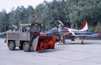 Sneeuwploeg LM 45-92 voor NF-5A met roodwitbauwe staart