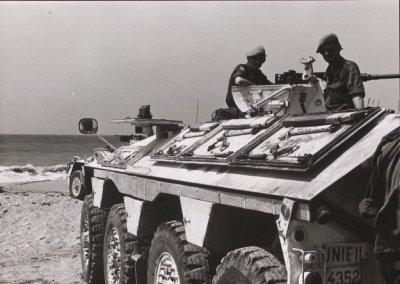 Nederlandse YP-408 van UNIFIL op het strand in Libanon. Het voertuig is bewapend met de zware Browning .50 mitrailleur.