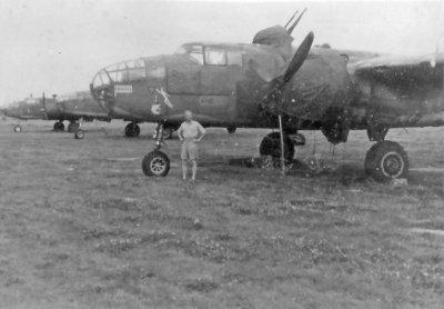 North American B-25 Mitchell bommenwerpers van het 320 Sqdn. op het vliegveld Achmer bij Osnabrück in 1946, met vooraan een North American B-25J Mitchell III bommenwerper (waarop de neus geschilderd is dat 21 'Sorties' volbracht zijn) en waarvoor nog OVL KMR M.S. Kamminga poseert.
