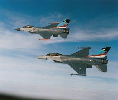 Twee F-16's met beschildering '40 years 311 Sqn' in de vlucht.