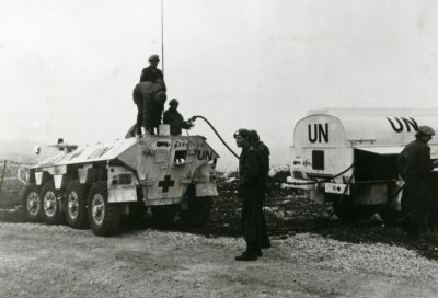 YP-408, pantserwielgewondentransport, wordt afgetankt.