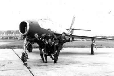 "F-84F demoteam 314 Sqn ""Red Noses"" op vliegbasis Eindhoven in 1957. V.l.n.r. Hans de Jong, Hans Verdonk, Rob de Koning en onder Charlie Poublon."