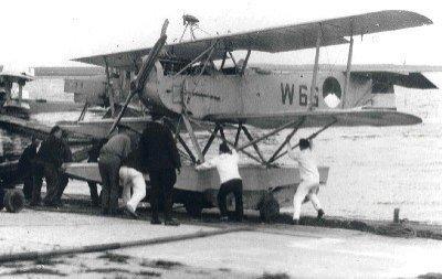 Verkenningsvliegtuig Van Berkel WA (W-66) (1919-1933) wordt te water gelaten op MVK De Mok