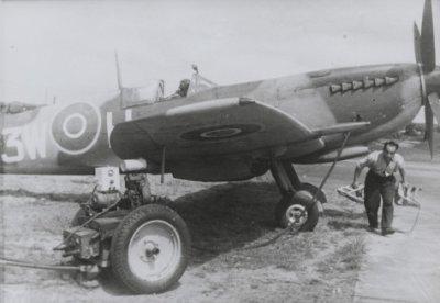 Gereedmaken van een Spitfire LF.Mk.XVIe van 322 Sqn op Woensdrecht.