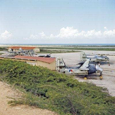 Grumman (C)S2F-1 Tracker ((C)S-2A) (1960-1971) onderzeebootbestrijdingsvliegtuigen staan op het Marinevliegkamp Hato op het eiland Curaçao van de Nederlandse Antillen.