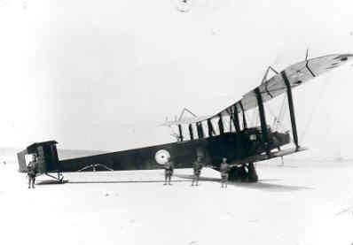 Handley Page 0/400 reg. C9648 van RAF No. 214 Sq. Landde in de nacht 30 juni/1 juli 1918 op het strand van Koudekerke bij Valkenisse (Walcheren). Bemanning: lt. J.D. Vance, Sub.lt. S.B. Potter, sgt. R. Kimberly. Ned. reg. HP703.