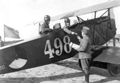 Fokker C.I 498. Voor de start. Vlieger overhandigt opdracht aan startofficier.