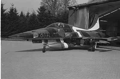 Een NF-5A met speciale rood-wit-blauwe beschildering op de bovenzijde van de romp.