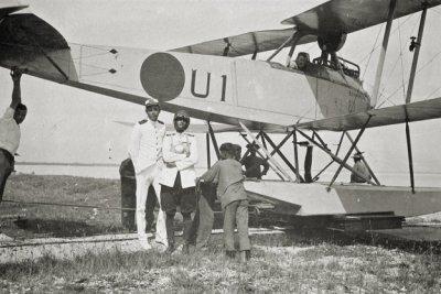 Jachtvliegtuig Rumpler 6B-2 (U-1) (1917-1920). 29 mei ge-interneerd te Westkapelle. Hier het toestel in Ned. Indie. Met vlieghelm en zwemvest, Ltz H.J. Bueninck