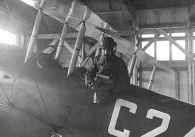 Jozeph (Chef) Kreuger (1886-1971) zit in een Thulin LA schoolvliegtuig 1ste vliegopleiding die in een hangar op het marinevliegkamp De Kooy bij Den Helder staat. Kreuger werd in 1917 door het Ministerie van Marine gevraagd om een fototechnische dienst op het Marinevliegkamp De Mok te Texel op te richten. Later volgde die van het Marinevliegkamp De Kooy. Kreuger was in dienst bij het Ministerie van Marine tot in 1920.