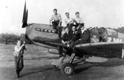 F/O R.F. Burgwal en ander personeel van 322 sqn aan en op een Spitfire.