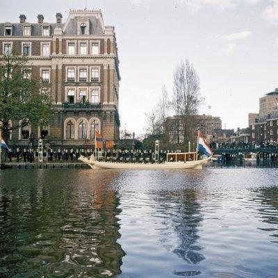 Ter gelegenheid van het zilveren huwelijksfeest in 1962 van HM Koningin Juliana en ZKH Prins Bernhard werd te Amsterdam op de Koningssloep (1818-1981) een varende receptie gehouden.De Koningssloep is met een kraanwagen te water gelaten.