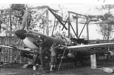 Spitfire met bewapeningsmonteurs P. Jacobs en M.Th. de Vries op Woensdrecht. Met onder de vleugels twee 250-ponders.