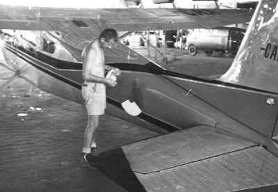 De Cessna JZ-CAA van de Missie, in 1962 op Biak ingehuurd door het Militair Gezag voor de opsporing van bij Merauke neergelaten parachutisten, De Cessna wordt voorzien van militaire kentekens.
