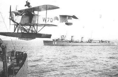 Verkenningsvliegtuig Van Berkel WA (W-70) (1919-1933) aan boord Hr.Ms. Jacob van Heemskerck met op de achtergrond Hr.Ms. Evertsen