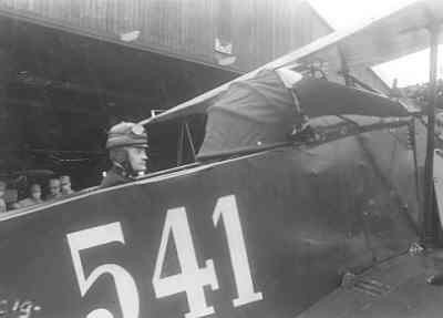 Fokker C.I 541, met blindvliegkap over de voorste cockpit en instructeur elt. S. Mante in de waarnemerscockpit voor hangaar 20.