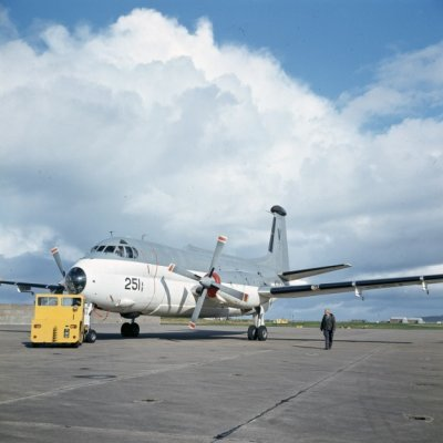 Het Breguet BR1150 Atlantic (SP-13A) maritiem patrouillevliegtuig 251 (1969-1984) met een trekker op marinevliegkamp Valkenburg.