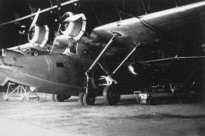 Een Consolidated PBY-5 Catalina maritiem patrouilleamfibie (1941-1957) in een hangaar te Morokrembangan, Soerabaja