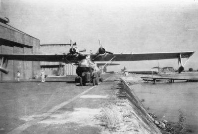 Een Consolidated PBY-5 Catalina maritiem patrouilleamfibie (1941-1957) wordt door een tractor naar de hangaar gesleept te Morokrembangan, Soerabaja