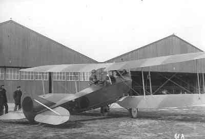 MVK De Kooy. Bezoek van Rumpler C.IV van de LVA/Soesterberg. Ltz. Doorman is één van de inzittende. De ltz. Duinker en Peeks zijn met een vliegtuig van dit type verongelukt