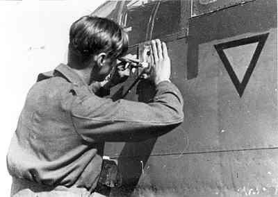 Middelzware bommenwerper North American B-25 C/D/J Mitchell (1943-1945) (North American Aviation Corporation/ USA) Na een vlucht het aanbrengen van een bom-silhouet op de romp