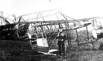 Handley Page 0/100, reg. 3119 van RAF No. 214 Sqn. Na noodlanding te Ritthem op 12 april 1918 in brand gevlogen. Soldaat op wacht. Bemanning: fl.cdr. E.R. Barker, obs.lt. F.H. Hudson, fl.sub.lt. D.C. Kimmond.