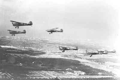 Auster AOP Mk.3. Formatie No. 6 Dutch Auster Squadron in de vlucht.