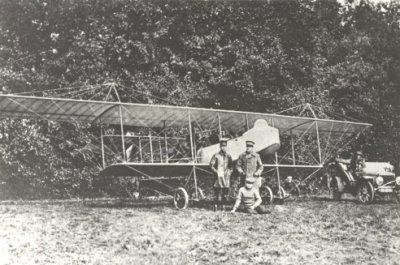 Eerste deelname aan de legeroefening op 22 en 23 september 1913 met de door M. van Meel ontworpen tweede Brik op het landingsterrein te Lochem. Staande voor het toestel: links W.C.J. Versteegh en rechts H.G. van Steyn.