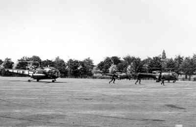 Alouette III heli's, waaronder de A-281 in Grasshopper-beschildering, tijdens de oefening