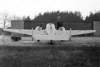 Beechcraft T-7 Navigator van de KLu voor hangaar 2. Achteraanzicht.
