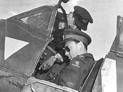 Prins Bernhard in de cockpit van een Spitfire F.Mk.XIVc met Van Eendenburg als instructeur op Hartford Bridge tijdens bezoek van Prins Bernhard aan het 322 Sqn.