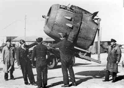 Powerplant van de Mitchell bommenwerper in  de takels, UK, WO II