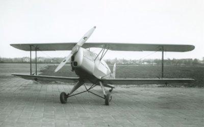 Bücker Bü 131 Jungmann, reg. 75. Vooraanzicht links.