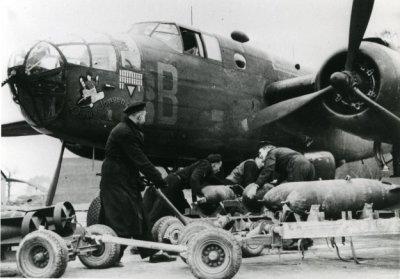 bommenladen voor de Mitchell bommenwerpers van sqn. 320 in de UK, WOII.